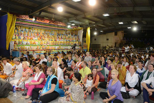 Large gathering of devotees for the Sakthi Geetham by Gnana Guru Sri Sakthi Amma