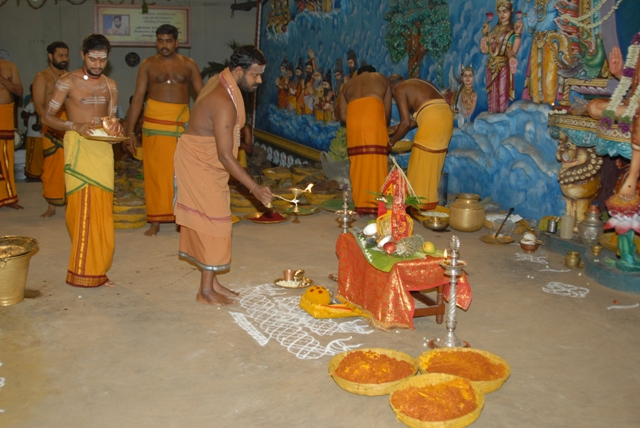 Sri Sakthi Amma performs the arathi