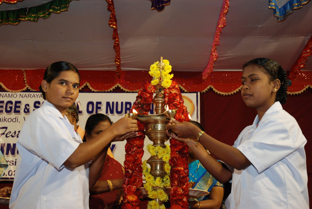 Student nurses light the lamps