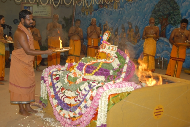 Sri Sakthi Amma does the arathi