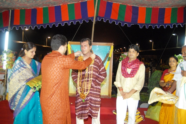 Guests honour the organizers of the Ambica Mitr Mandal