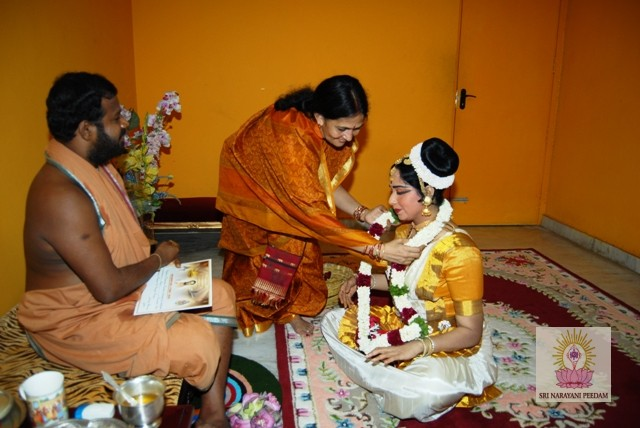 Smt. Rajima gives a garland to a member of the Mohiniattam Dance Dharma