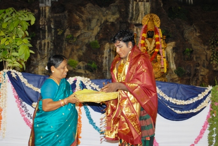 Smt. Jothiammal presents a gift to the dancer