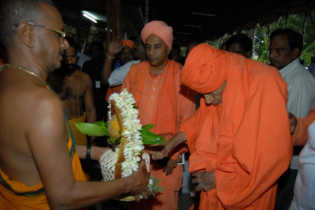 Priest gives a special welcome to the Swamiji