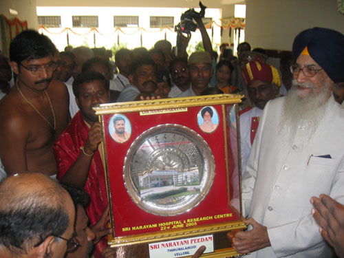 Governor receives a memento from Amma