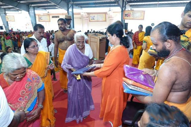 Guest distributes the sarees