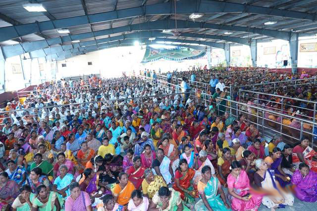 Large gathering turned out to receive the clothing and the blessings of Beloved Amma