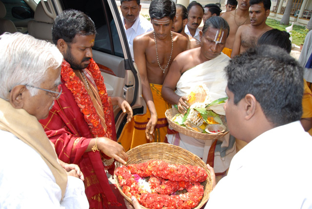 Beloved Amma receives garland
