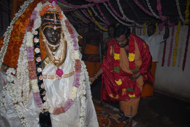 Sri Sakthi Amma performs the Puthu Puja