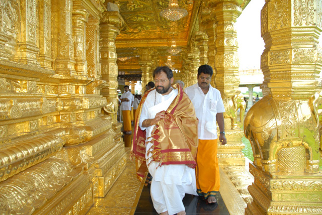 Guruji visits the Golden Temple in Sripuram