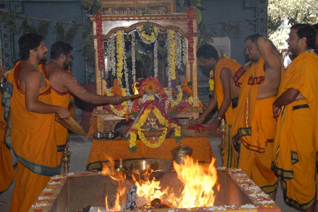 Priest performs the Maha Aarathi