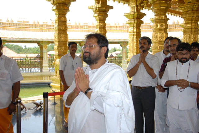 Guruji prays at the Sri Lakshmi Narayani Temple in Sripuram