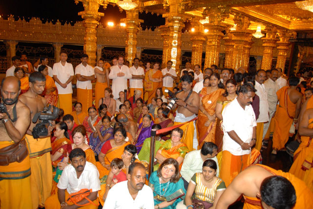 Large gathering of deovtees at the Golden Temple