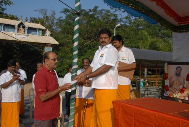 Shri M. Suresh Babu gives a prize to the Head of Security