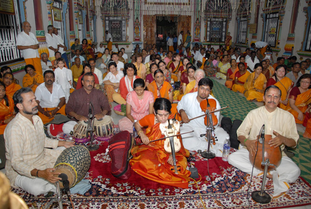 A musical band performed in the Shanthi Mandapam