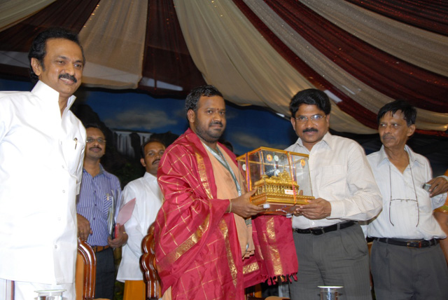 A memento being presented to the Vellore District Collector Thiru Rajendran