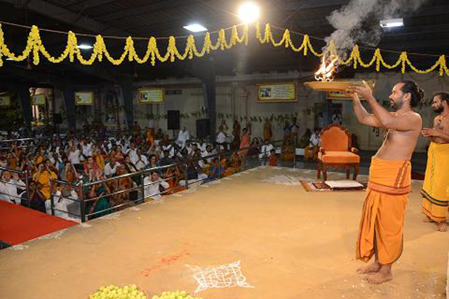 The gathering takes blessings from the aarathi
