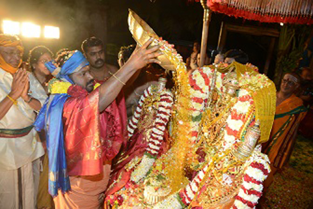 Amma pours the Atchadhai during the Kalyana Vaibhavam